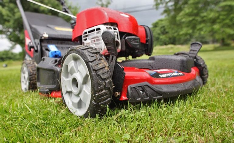 Should You Alternate Patterns When Mowing Your Yard?